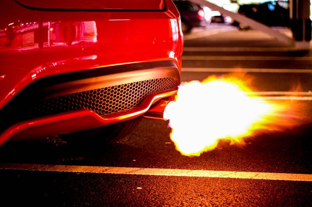 Vì sao động cơ xe thường kêu to hơn khi vừa đề máy